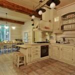 Интерьер белой кухни в стиле шале