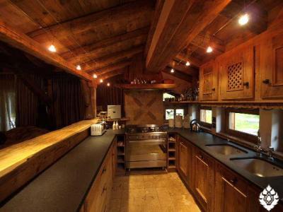 Узкая кухня в стиле шале