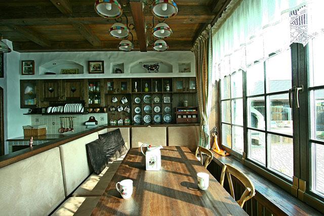 Кухня в стиле шале совмещенная со столовой