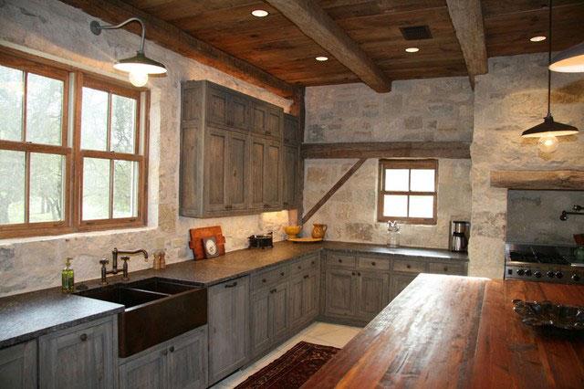 Дизайн столешницы на кухне в деревенском стиле