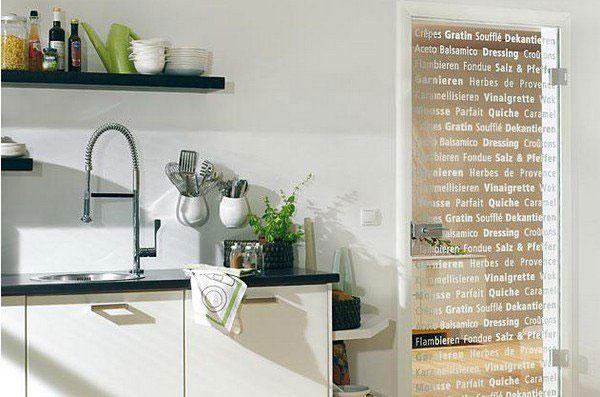 Стеклянные двери зрительно увеличат пространство вашей кухни
