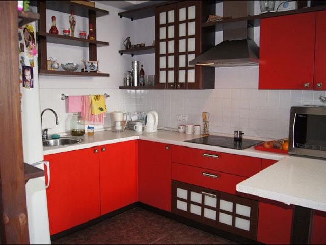 Маленькая кухня в японском стиле в красном цвете