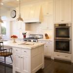 Интерьер кухни в классическом стиле с барной стойкой из мрамора