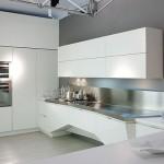 Интерьер белой кухни в стиле хайтек