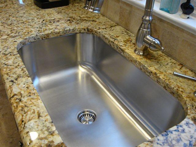 При декорировании интерьера кухни часто используют гранит