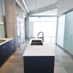 Можно использовать и пластик в интерьере кухни