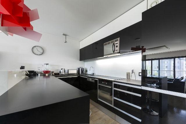 Кухня изготовлена из черного пластика и стекла