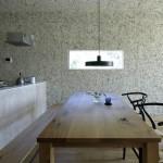 Основа освещения данной кухни - большие окна
