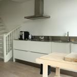 Простая отделка кухни в минималистском, совмещенной с гостиной