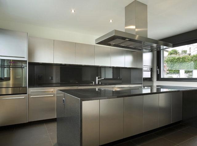 Дизайн угловой кухни в стиле хай тек