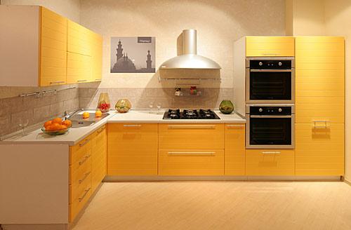 Дизайн желтой угловой кухни со встроенной техникой