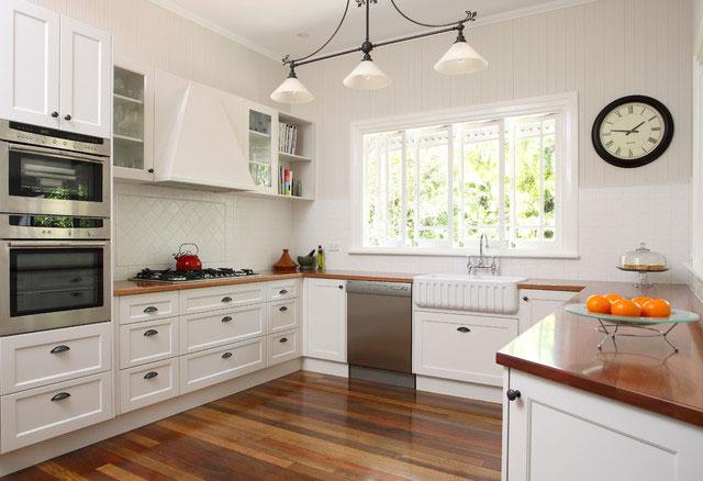 Дизайн угловой кухни с окном