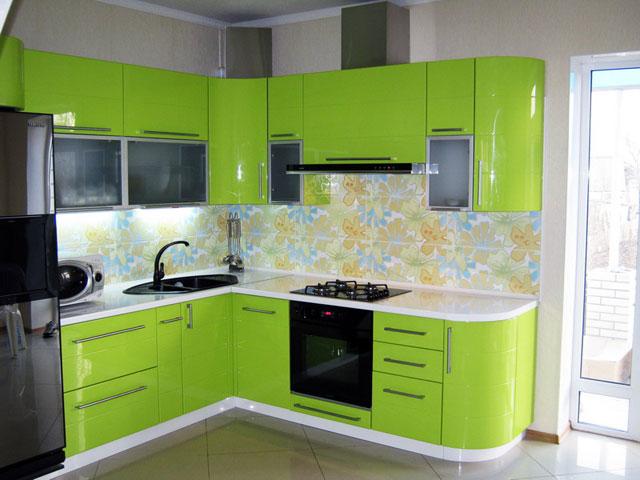 Дизайн глянцевой угловой кухни