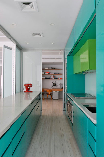 Узкая зеленая кухня в стиле минимализм - фото