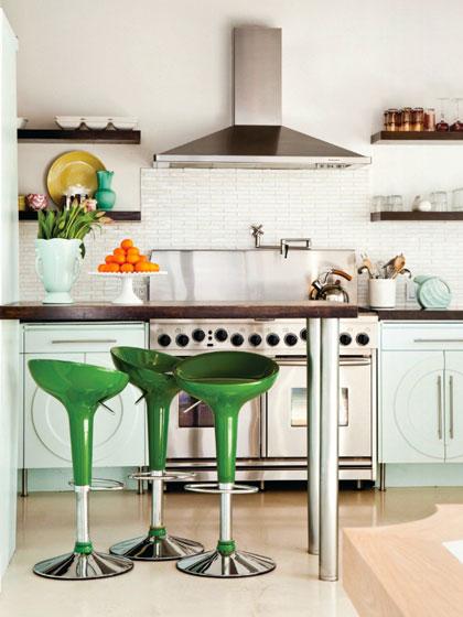 кухня в стиле кафе с зелеными стульями
