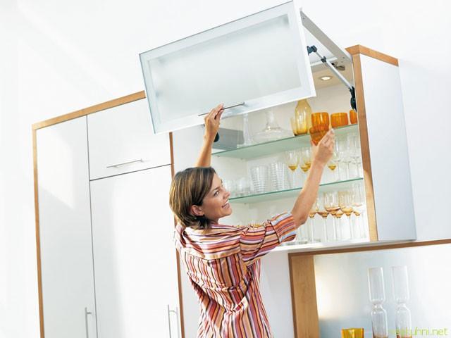 как обставить маленькую кухню при помощи навесных полочек