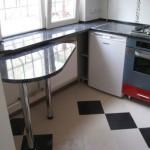 столешница соединенная с подоконником в маленькой кухне