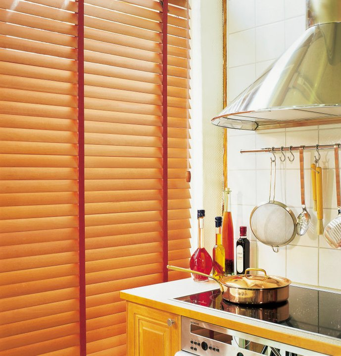 оформление окна на кухне жалюзи