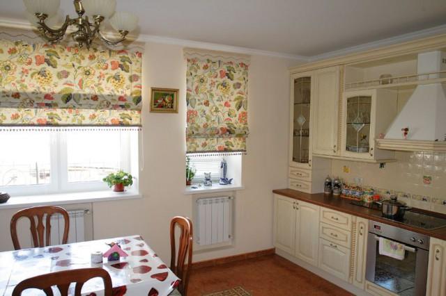 цветные римские шторы в интерьере кухни