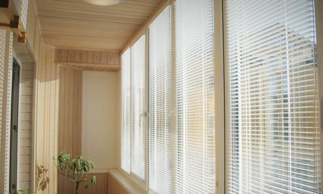 жалюзи на окно в кухне с балконом