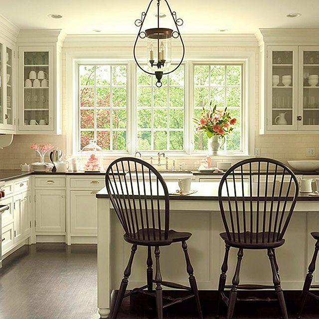 белая кухня с темной столешницей