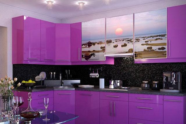 Кухня в сиреневом цвете с фотопечатью на фасаде