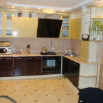 кухня коричневая с бежевым