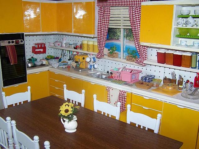 бело желтая кухня