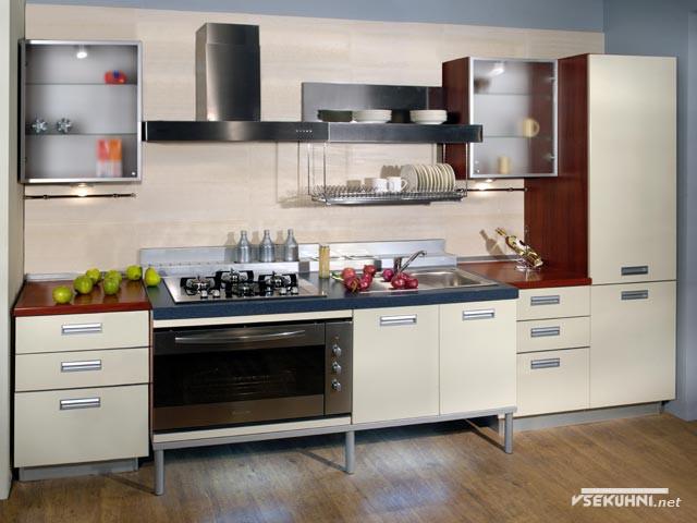 Небольшая кухонная зона, оснащенная техникой