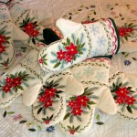 Вышивку можно использовать не только в картинах, но и в подручных предметах: прихватках, скатертях и салфетках