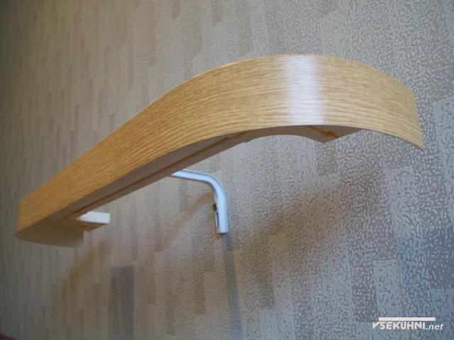 Светлый, деревянный карниз универсален для любого стиля