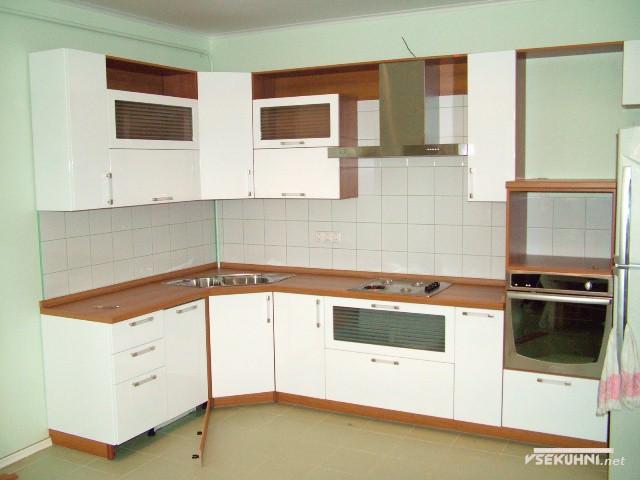 Эконом-класс кухонной мебели в бело-коричневых цветах