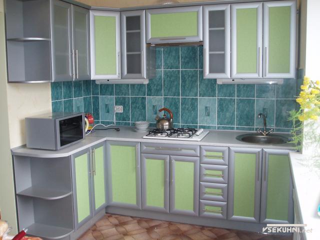 Угловая мебель для маленькой кухни со множеством модулей