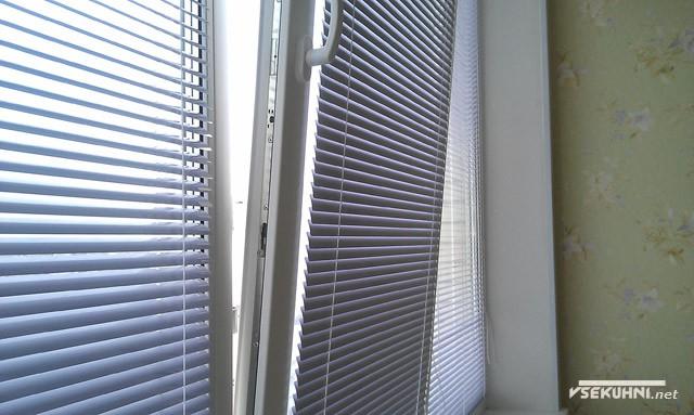 Внутренние алюминиевые жалюзи на пластиковом окне