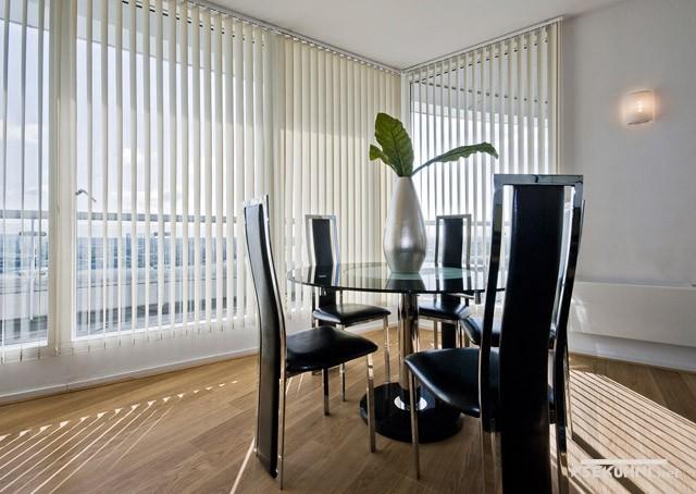 Фото - вертикальные алюминиевые жалюзи на пластиковых окнах