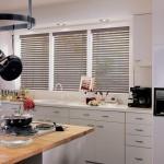 Фото - деревянные жалюзи на кухне