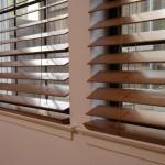 Деревянные жалюзи для пластиковых окон - фото