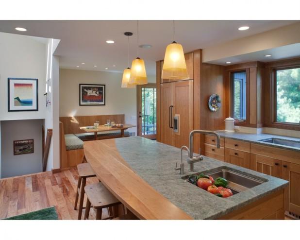 Комбинация деревянной и каменной столешницы на кухне