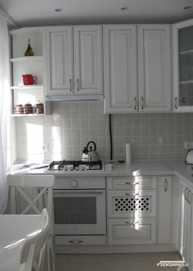 Стилевое оформление белой угловой кухни - фото