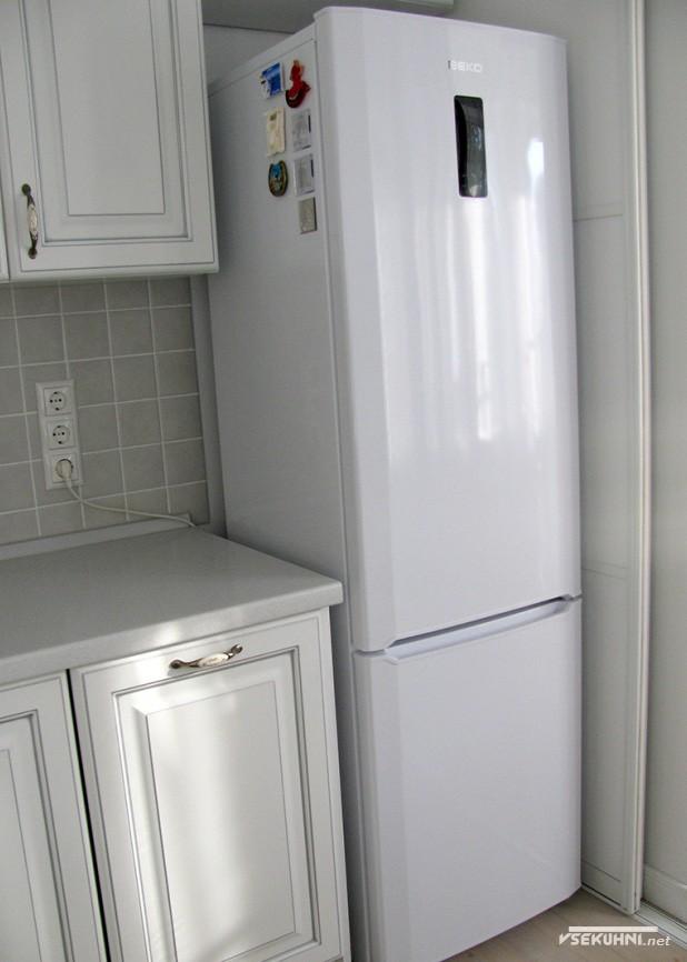 Холодильник на белой кухне 6 кв м - фото