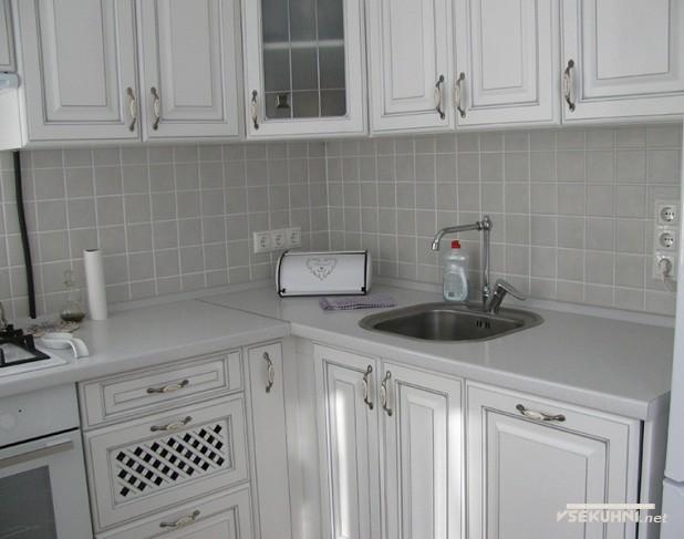 Мойка на белой угловой кухне 6 кв м - фото
