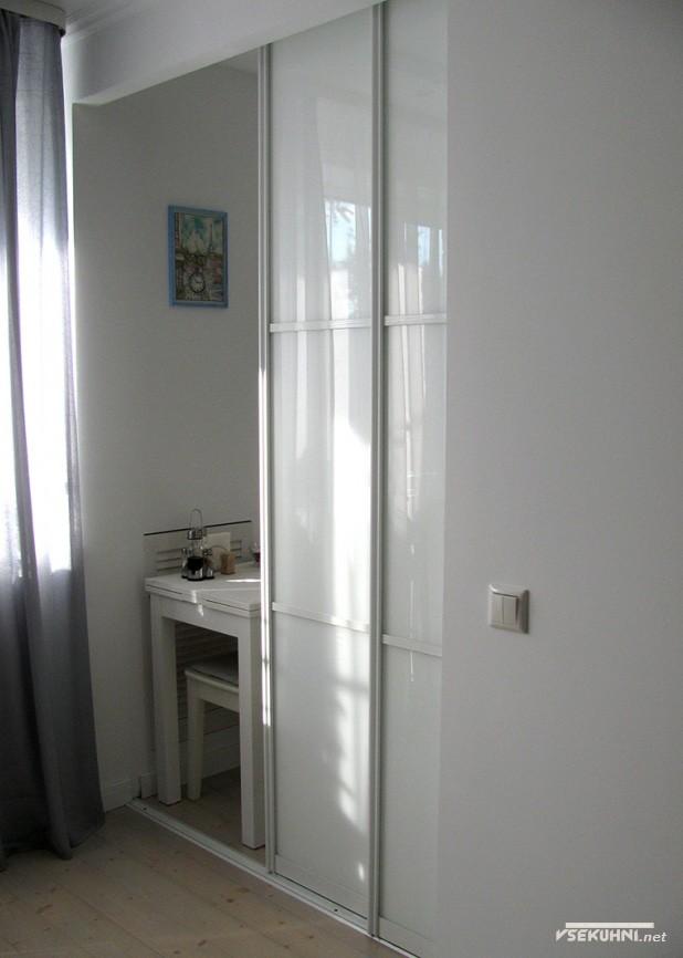 Дверь на кухню белого цвета 6 кв м - фото