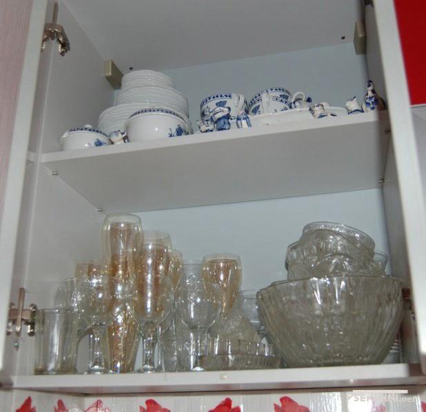 Кухонные шкафчики на красной кухне 6 кв м