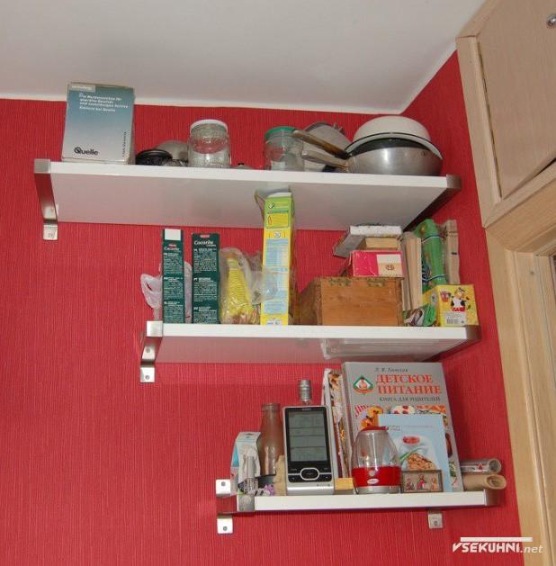 Полочки на красной кухне 6 кв м в хрущевке - фото