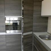 Цвет венге в интерьере угловой кухни в стиле модерн - фото