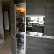 Холодильник спрятанный в фасад кухни - фото