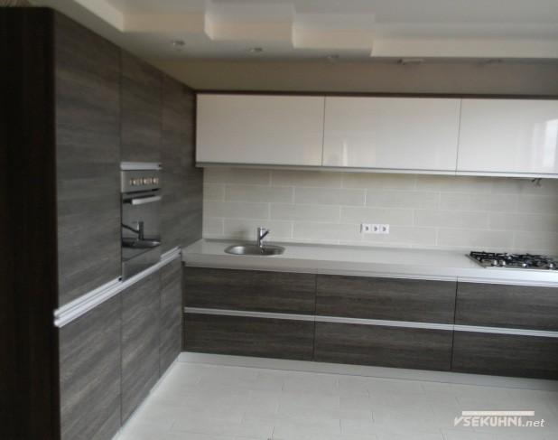 Дизайн интерьера угловой кухни в стиле модерн белого цвета с венге