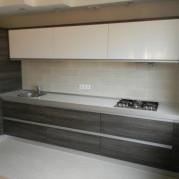 Дизайн светлой кухни в стиле модерн - фото