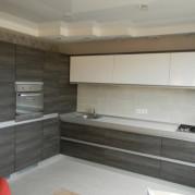 Угловая белая кухня в стиле модерн