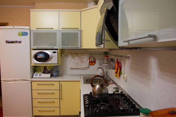 Обзор бытовой технике на желтой угловой кухне